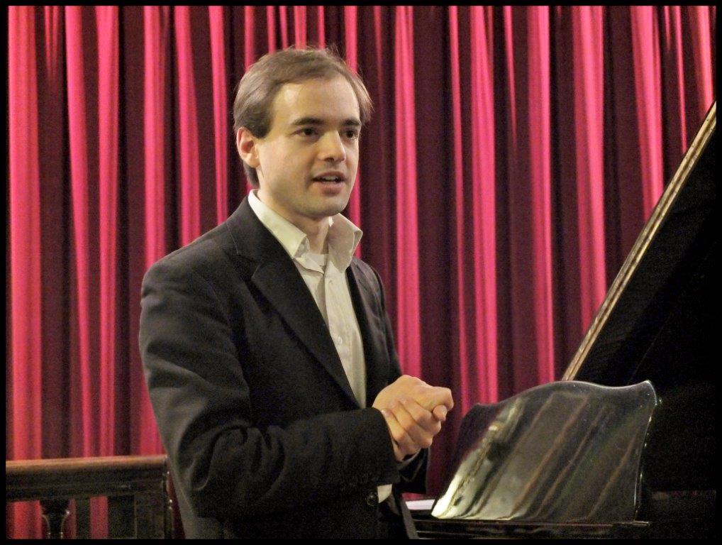 lors d'un récital à la Cathédrale Sainte-Croix des Arméniens, le 5 février 2014 - interactions avec le public...