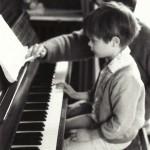 au piano, sous l'égide bienveillante et avisée de sa mère, été 1989